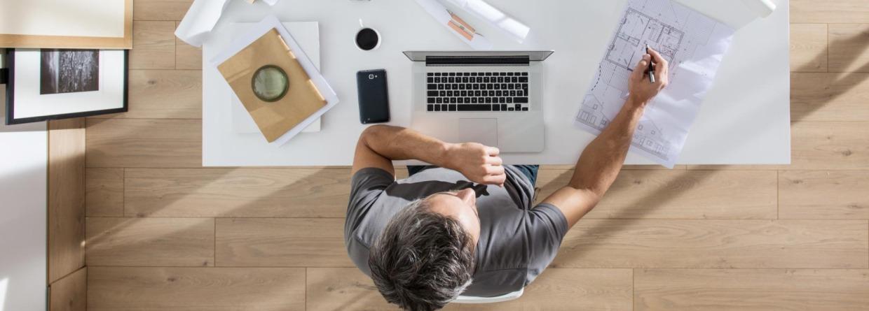 Man zit aan zijn bureau te werken