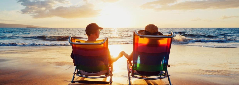 Stel op strandstoelen bij ondergaande zon