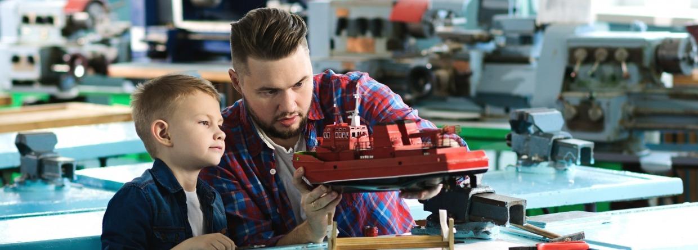 Vader en zoon bouwen modelboot