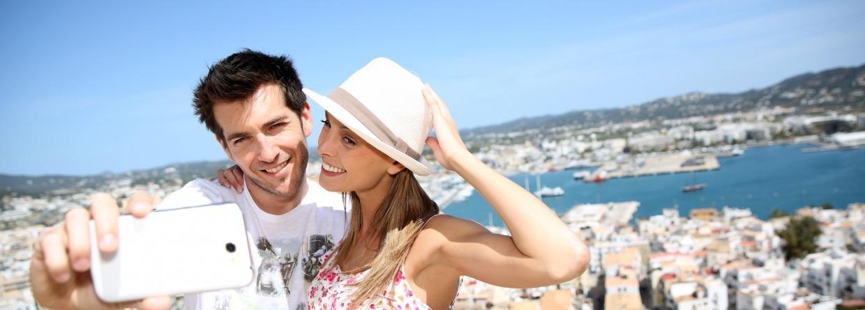 Stel maakt een selfie op vakantie