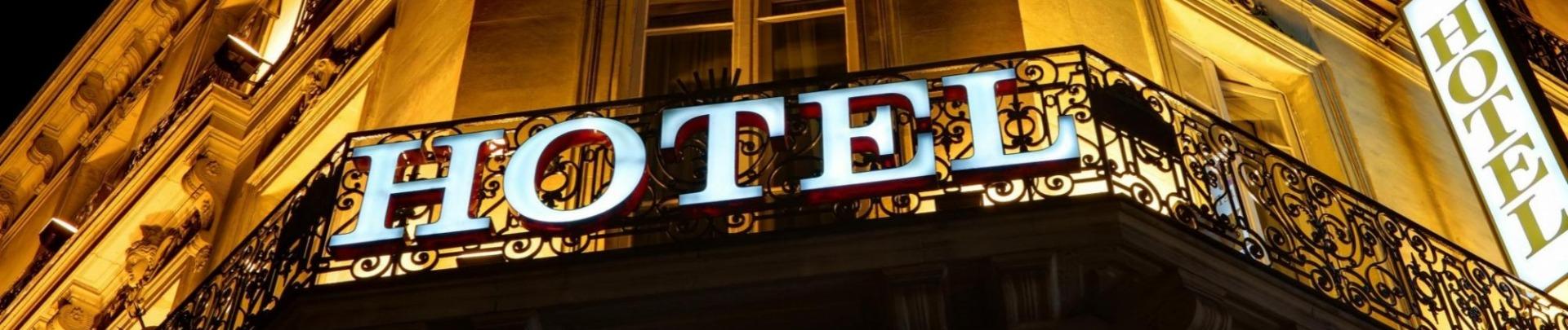 Hotel lichtreclame op gevel